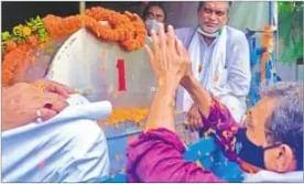 जंदाहा में पुष्प अर्पित करते पूर्व केंद्रीय राज्य मंत्री उपेंद्र कुशवाहा .