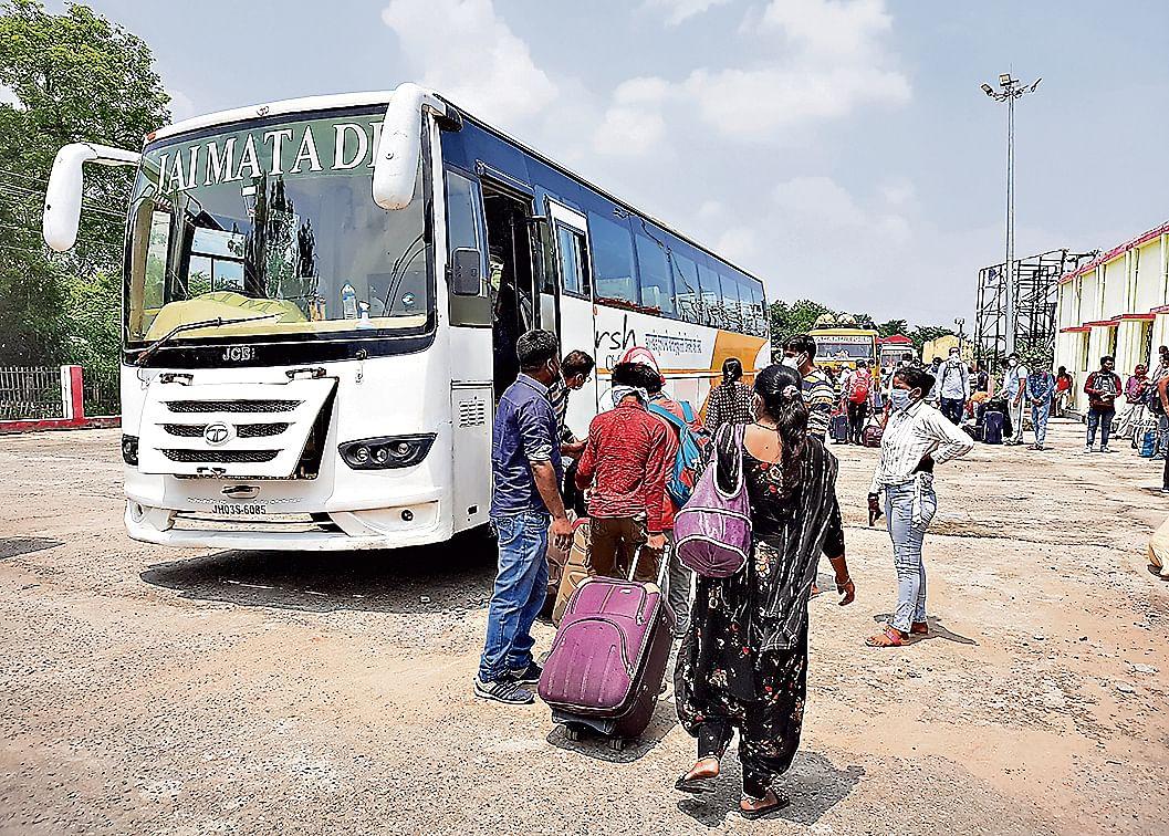 राजधानी एक्सप्रेस स्पेशल ट्रेन से यात्रा कर रहे लोगों को उनके गंतव्य तक पहुंचाने के लिए डाल्टनगंज से की गयी बस की व्यवस्था.