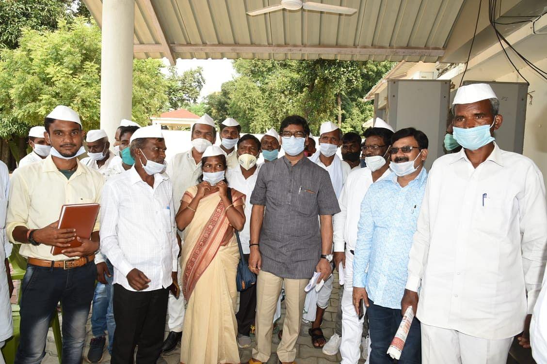 मुख्यमंत्री से वार्ता के बाद संतुष्ट हुए महात्मा गांधी के अनुयायी टाना भगत.