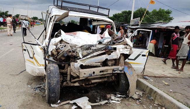 झारखंड के गोड्डा से पंजाब जा रहे मजदूरों से भरी सूमो ने ट्रक में मारी टक्कर, दो की मौत, नौ मजदूर गंभीर रूप से घायल