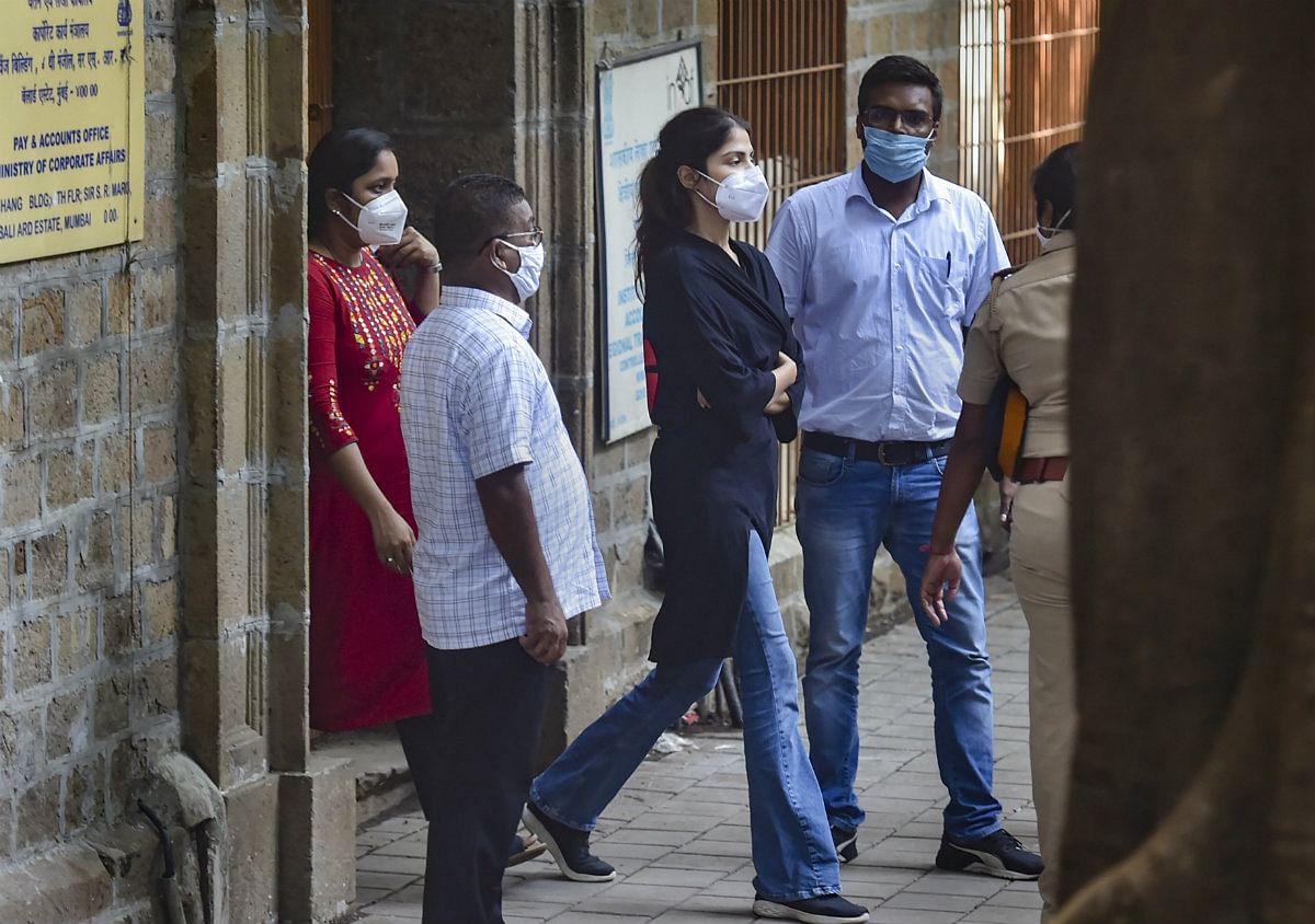 Rhea Chakraborty Arrested: रिया की गिरफ्तारी के बाद सोशल मीडिया पर यूजर्स ने दी ऐसी प्रतिक्रिया