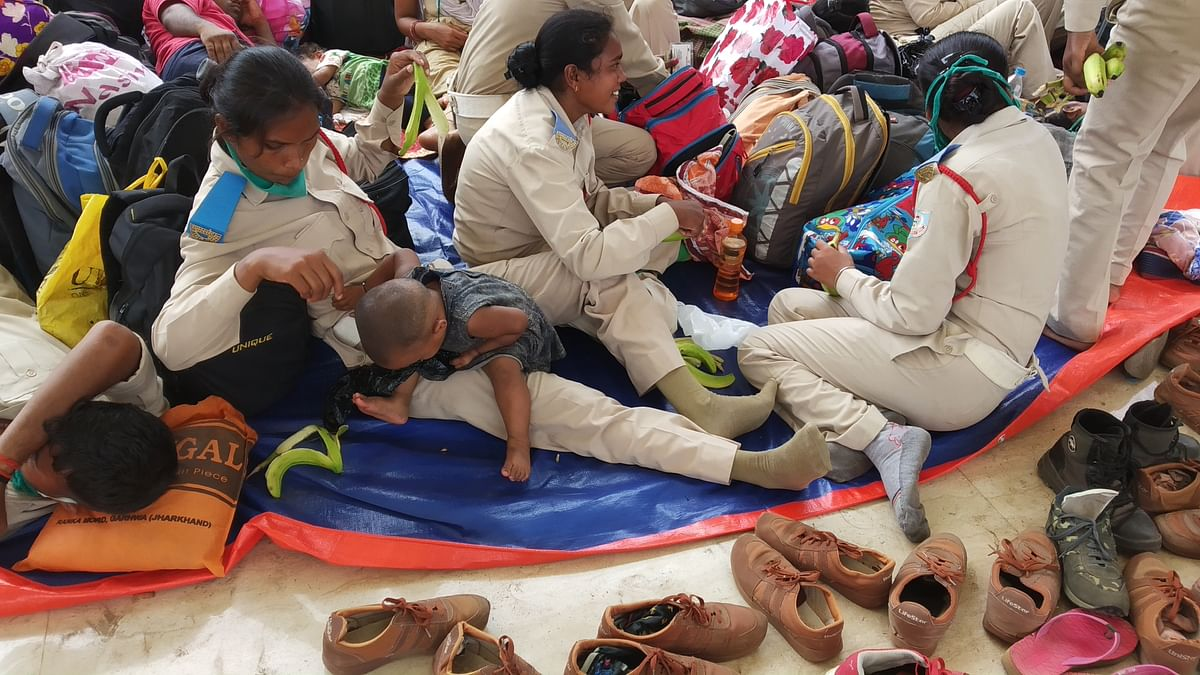 छोटे-छोटे बच्चों के साथ प्रदर्शन करने पहुंची थीं महिलाएं.