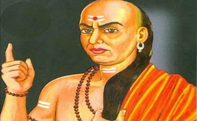 Chanakya Niti: भूलकर भी कभी दूसरों को न बताएं ये राज, नहीं तो आपको भुगतना पड़ सकता है बड़ा खामियाजा, जानें क्या कहते है आचार्य चाणक्य...
