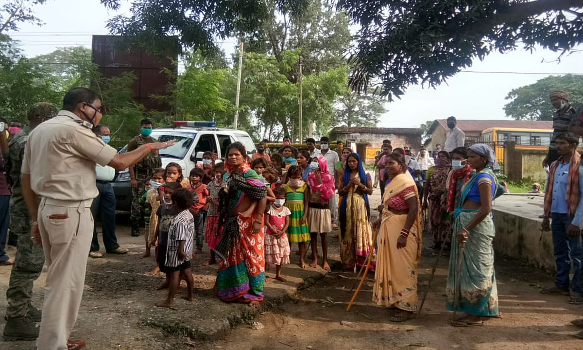 कर्रा में ग्रामीणों का फूटा गुस्सा, सीएचसी परिसर में की तोड़फोड़, मुखिया आवास को भी बनाया निशाना