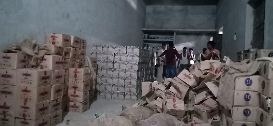 पलामू में नशे के खिलाफ चलाया जा रहा अभियान, मुखिया के घर से सैकड़ों पेटी शराब  बरामद