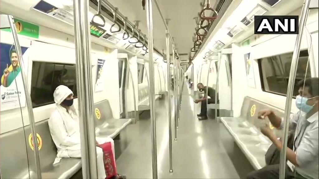 मेट्रो यात्रियों के चेहरे पर लौटी मुस्कान लेकिन यात्रा ने लिया पहले से ज्यादा समय