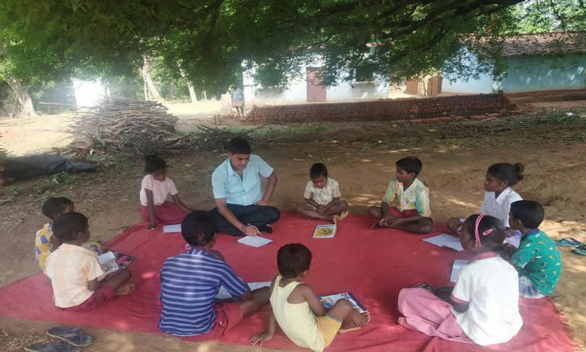 Teachers Day 2020 : लॉकडाउन में 3 शिक्षकों ने गांव- गांव घूम कर बच्चों को पढ़ाया, पेड़ के नीचे लगायी पाठशाला
