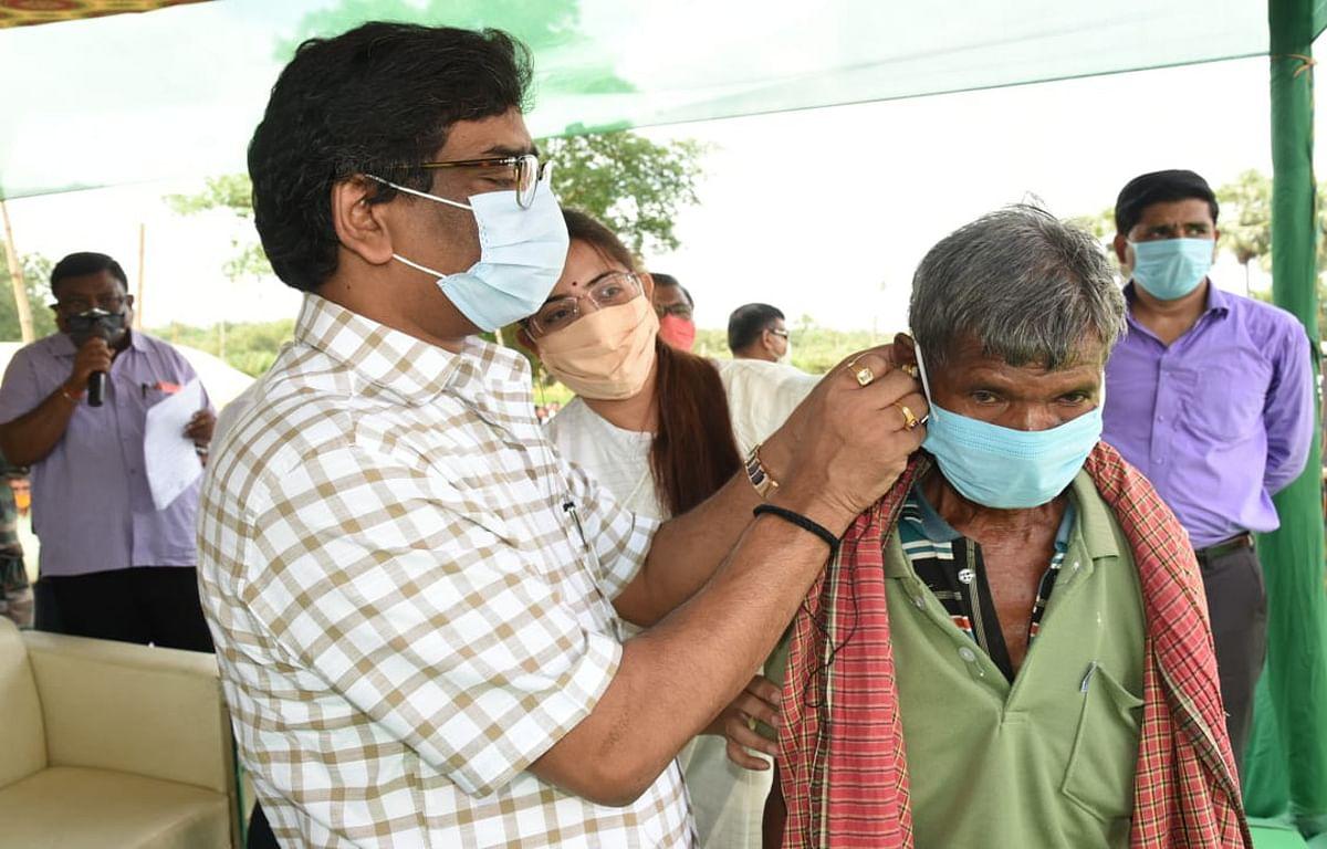 Jharkhand news : जरूरतमंद लाभुक के कान में श्रवण यंत्र लगाते मुख्यमंत्री हेमंत सोरेन.
