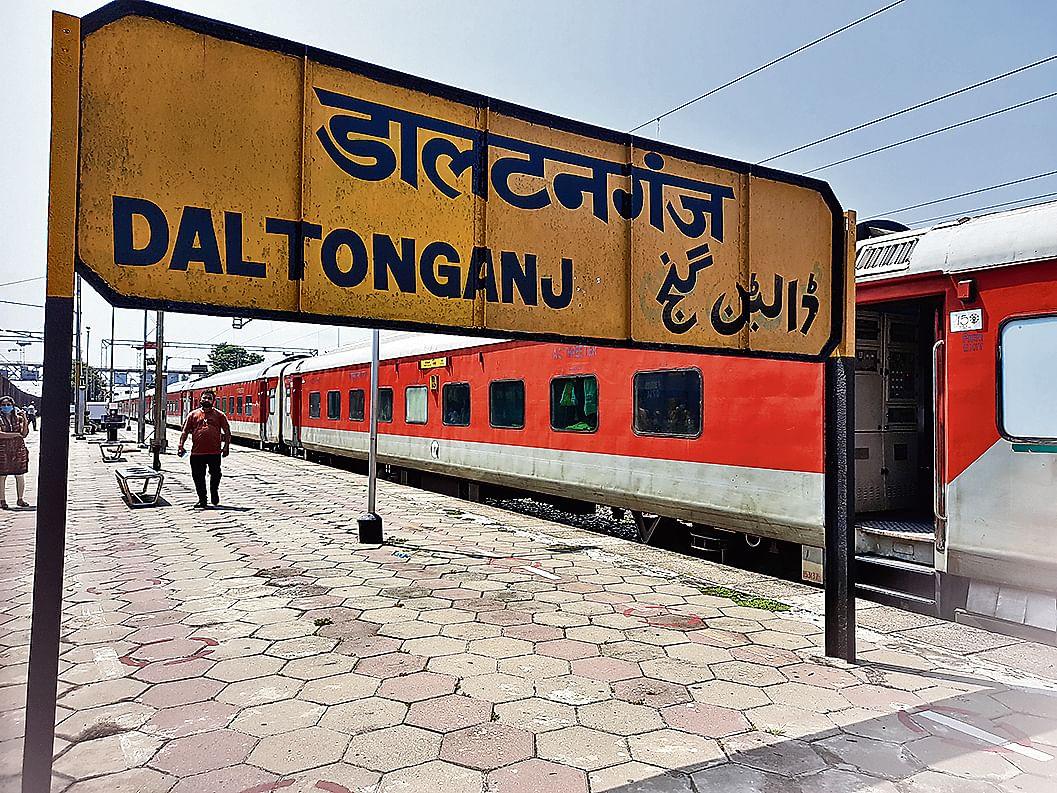 नयी दिल्ली से रांची आ रही राजधानी स्पेशल ट्रेन को आंदोलनकारियों ने डाल्टनगंज से आगे नहीं बढ़ने दिया.
