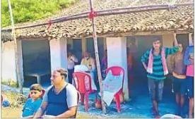 रघुवंश बाबू के दालान में बैठे शोकाकुल परिजन व ग्रामीण .