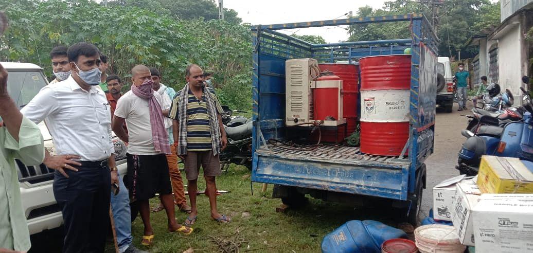 Jharkhand News : धनबाद में नकली मोबिल बनाने की फैक्ट्री का भंडाफोड़, चार गिरफ्तार