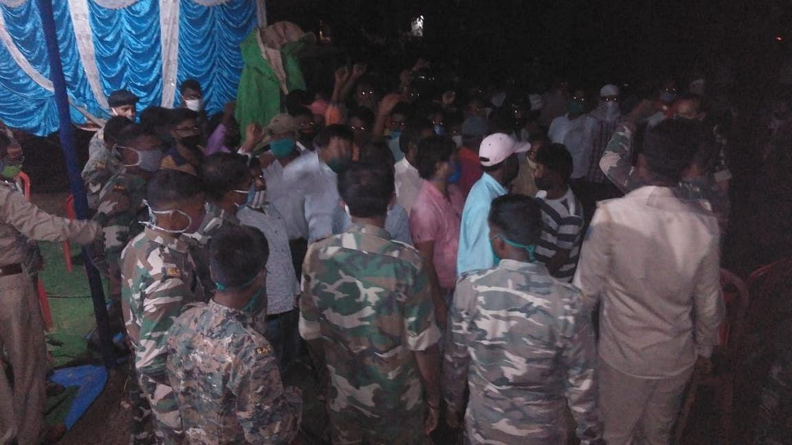 जमीन का मुआवजा, पुनर्वास और नौकरी की मांग करने पहुंचे थे विस्थापित संघर्ष मोर्चा के सदस्य.