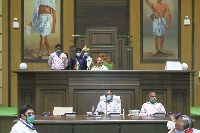 Jharkhand News : विधानसभा का मानसून सत्र, सत्तारुढ़ दल के विधायकों का किसान विरोधी बिल के खिलाफ प्रदर्शन