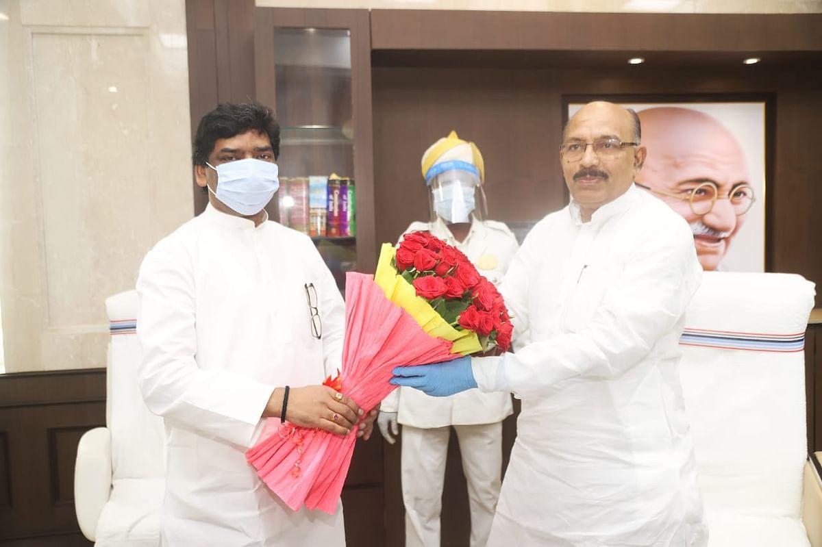 मुख्यमंत्री हेमंत सोरेन ने विधानसभा अध्यक्ष रवींद्रनाथ महतो से मुलाकात की.