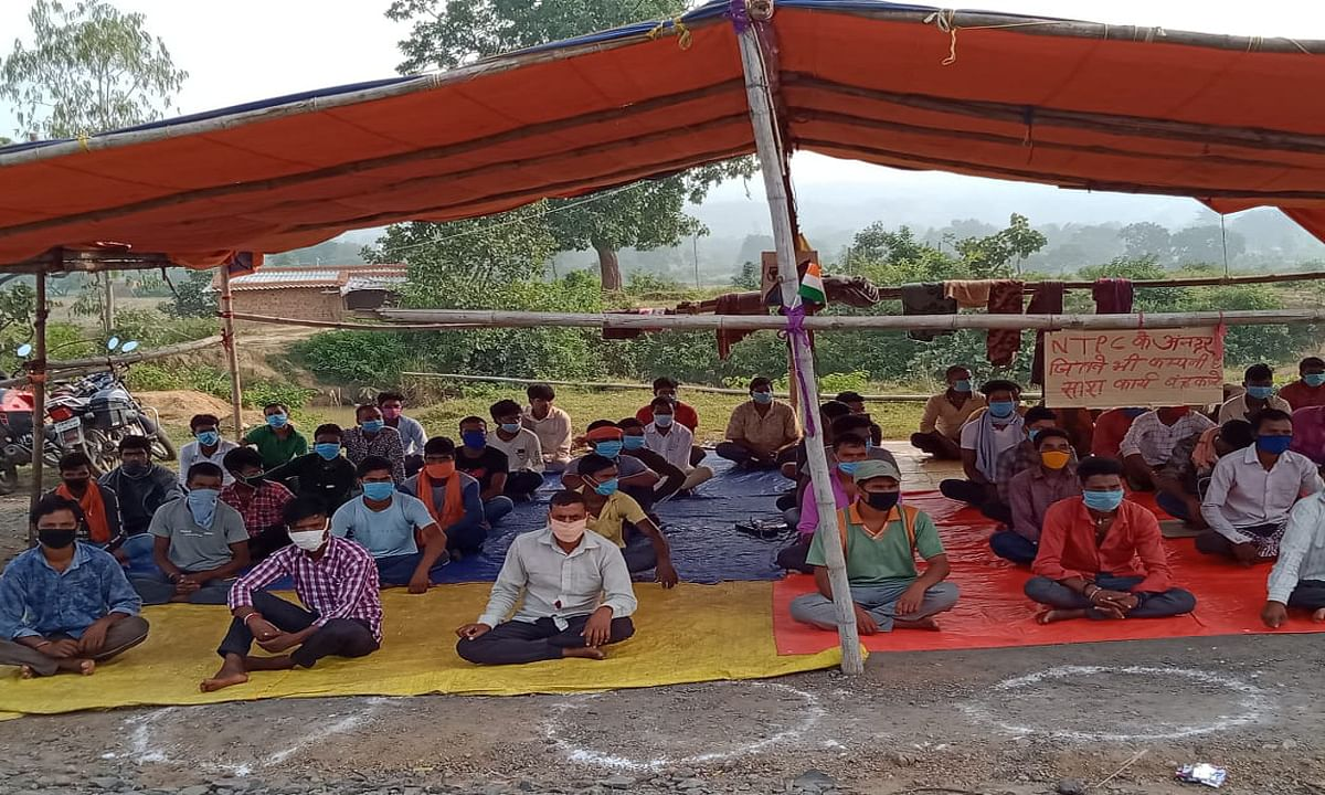 बड़कागांव में 7 गांवों के ग्रामीणों का अनिश्चितकालीन धरना जारी, कोयले की ट्रांसपोर्टिंग पर पड़ रहा प्रभाव