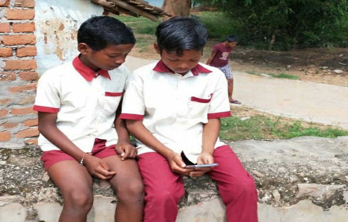 कोरोना ने छीनी पढ़ाई, गुमला में डेढ़ लाख छात्र में मात्र 17 फीसदी ही कर रहे हैं ऑनलाइन स्टडी