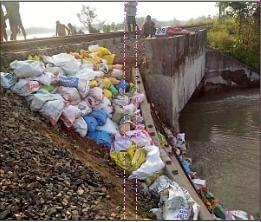 थावे-छपरा रेलखंड पर बाढ़ के पानी में बह गया पुल का पाया