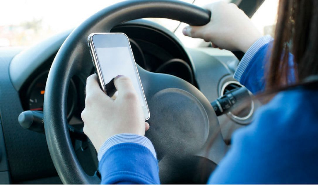 Motor Vehicle Act New Rules : गाड़ी चलाते समय ऐसे कर सकेंगे मोबाइल फोन का इस्तेमाल, 1 अक्टूबर से लागू हो रहे नये नियम