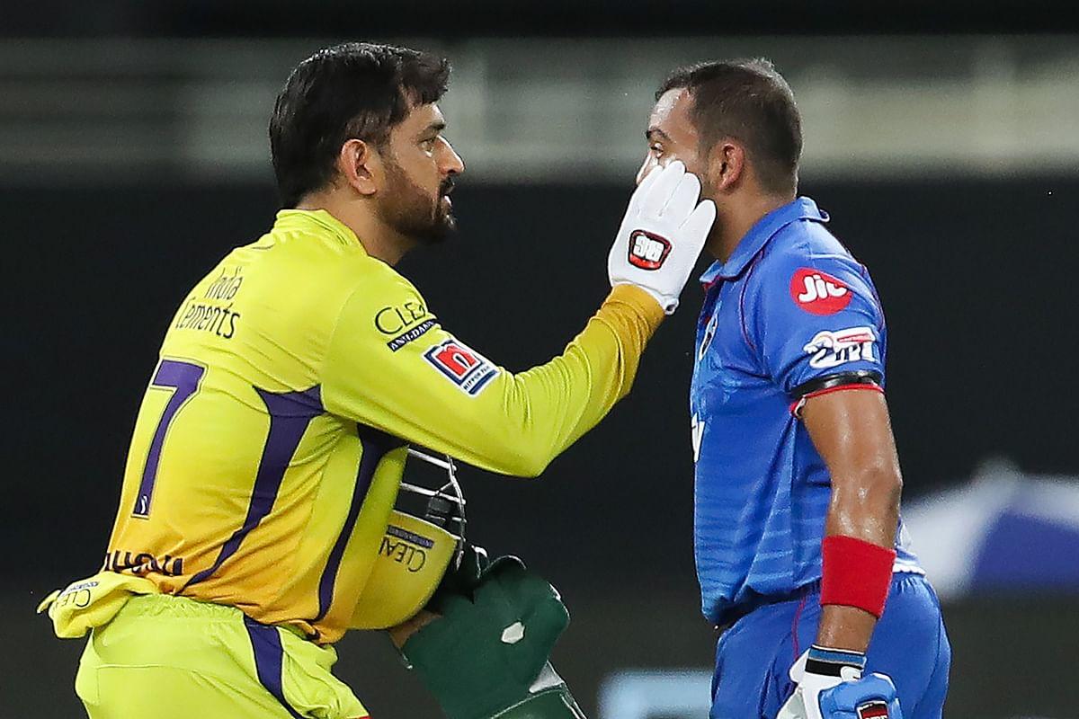 IPL 2020 CSK vs DD: जब धौनी ने दिखायी खेल भावना, क्रीज पर पृथ्वी की आंखों को किया साफ