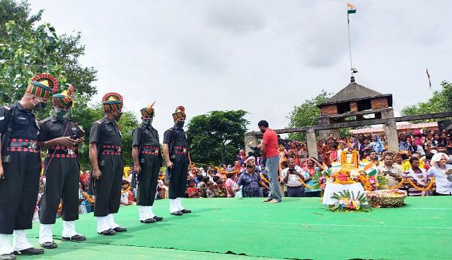 शहीद मनोज शर्मा को गार्ड ऑफ ऑनर देते सेना के जवान