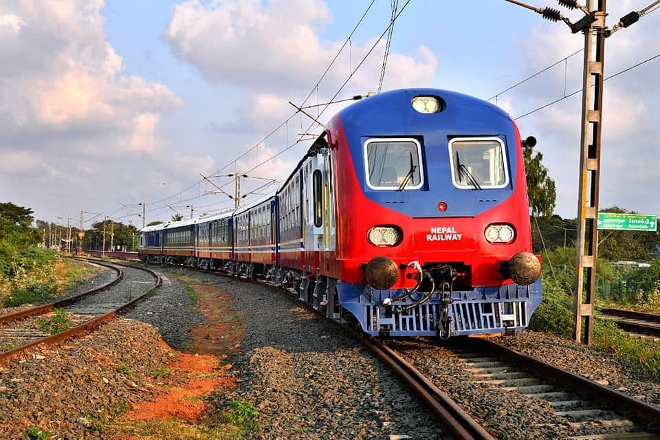 India Nepal Train: सीमा विवाद के बीच भारत ने नेपाल को सौंपी 2 आधुनिक ट्रेन, कोरोना के बीच देखने के लिए जमा हुए हजारों लोग