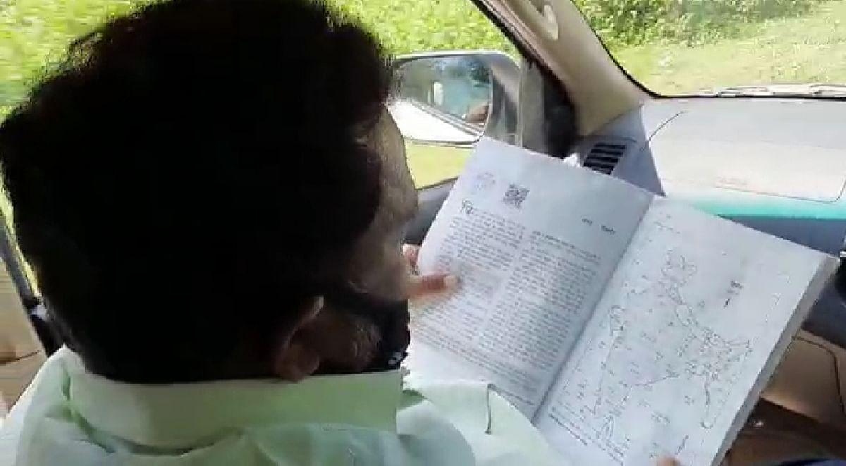 VIDEO: मैट्रिक पास शिक्षा मंत्री का चलता-फिरता स्टडी रूम आपने देखा क्या...