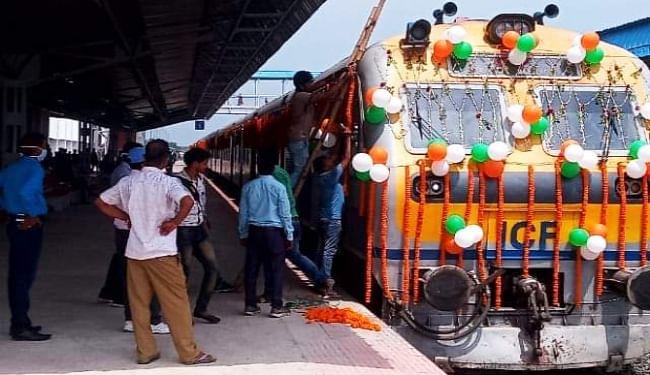 अटल बिहारी बाजपेयी का सपना जल्द होगा साकार, हाजीपुर से वैशाली तक सज-धज कर पहुंची ट्रेन, परिचालन की जल्द होगी घोषणा