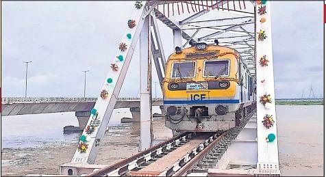 रिश्तों के पुल पर दौड़ी उम्मीदों की ट्रेन, खुशी से झूम उठे मिथिला के लोग