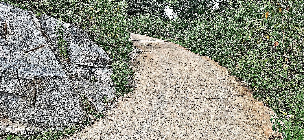 लीज एरिया से हटकर तोड़ा जा रहा पहाड़, फसलों को भी नुकसान हो रहा है नुकसान,  विरोध