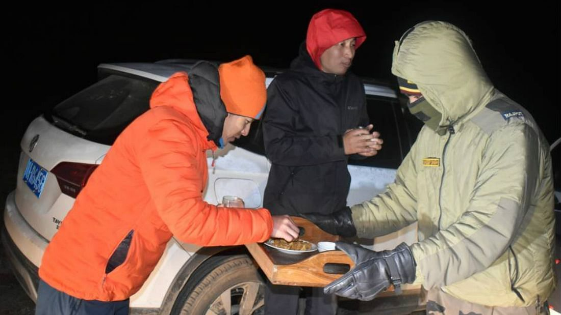 सीमा पर तनाव के बीच सेना ने बचाई चीनी नागरिकों की जान, खिलाया खाना, दिये गर्म कपड़े
