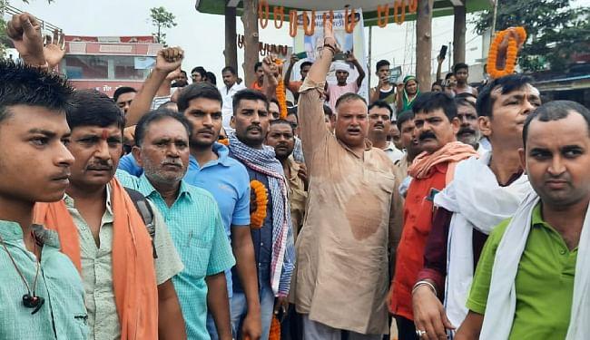 नेताओं और आम लोगों ने लगाये 'रघुवंश बाबू अमर रहें' के नारे