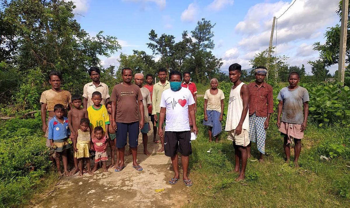 मुखिया के साथ आदिम जनजाति समुदाय के लोग