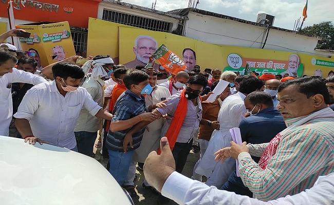 बिहार चुनाव : भाजपा कार्यालय में हंगामा, लखीसराय से पहुंचे पार्टी कार्यकर्ताओं ने डिप्टी सीएम की गाड़ी को रोका, जानें पूरा मामला
