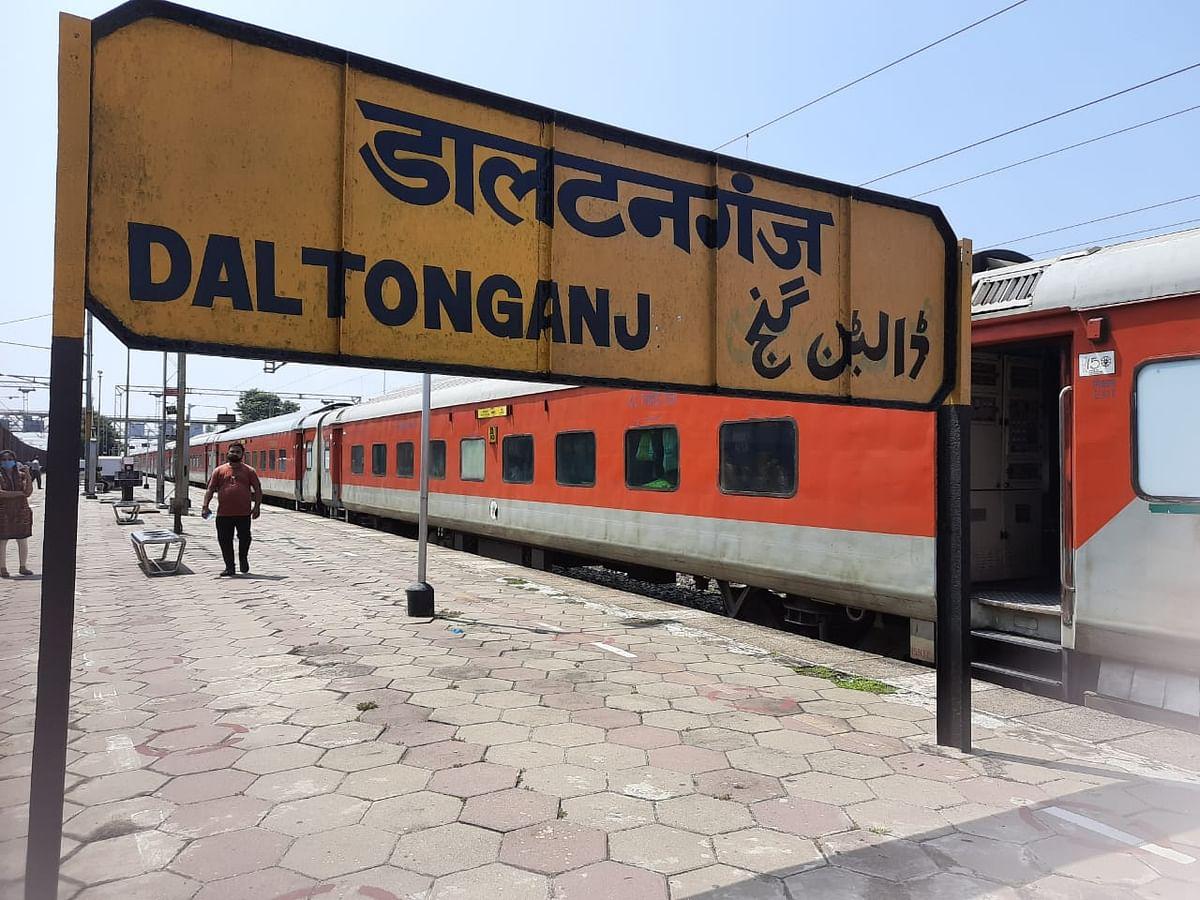 पलामू के डालटनगंज रेलवे स्टेशन पर खड़ी राजधानी स्पेशल ट्रेन