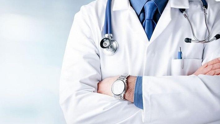 स्वास्थ्य कर्मियों के भरोसे ही किया जा रहा ग्रामीणों का इलाज