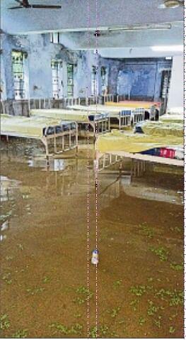 रघुनाथपुर में मूसलधार बारिश से अस्पताल में घुसा पानी