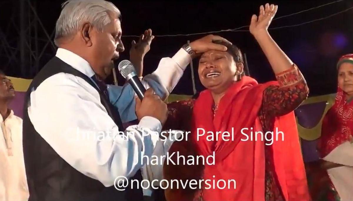 Video: झारखंड में धर्मांतरण पर एक ट्वीट से छिड़ी बहस, रघुवर दास ने हेमंत सोरेन सरकार पर किया प्रहार
