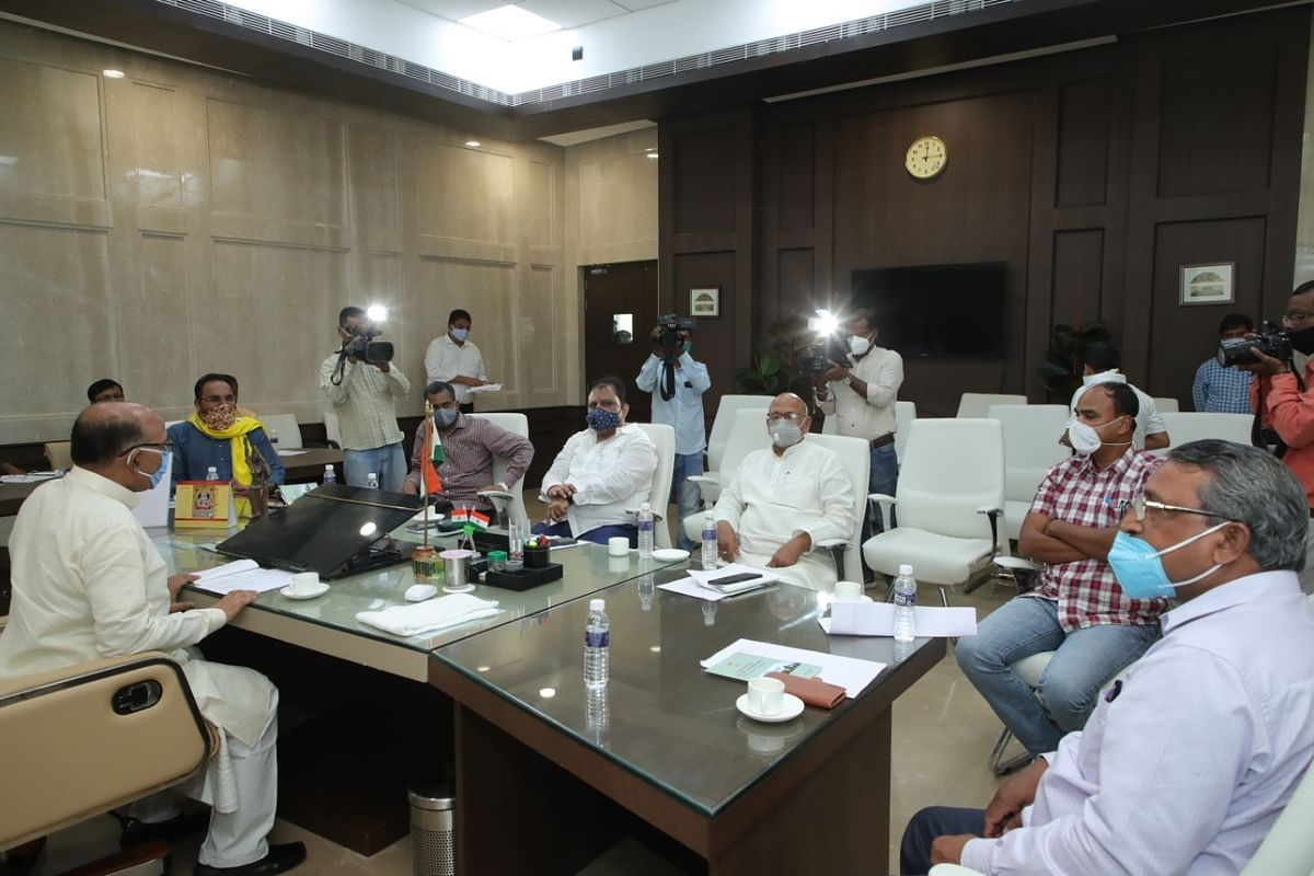 विधानसभा सत्र में भाग लेने पहुंचे विधायकों ने विधानसभा अध्यक्ष रवींद्रनाथ महतो से मुलाकात की.