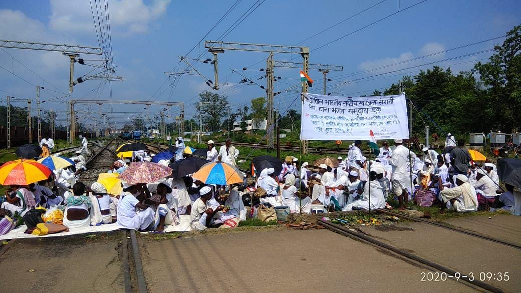 लातेहार में आक्रोशित टानाभगतों ने किया है रेलवे ट्रैक जाम, पलामू में खड़ी है नई दिल्ली-रांची राजधानी स्पेशल ट्रेन, बसों से भेजे जा रहे हैं रेल यात्री