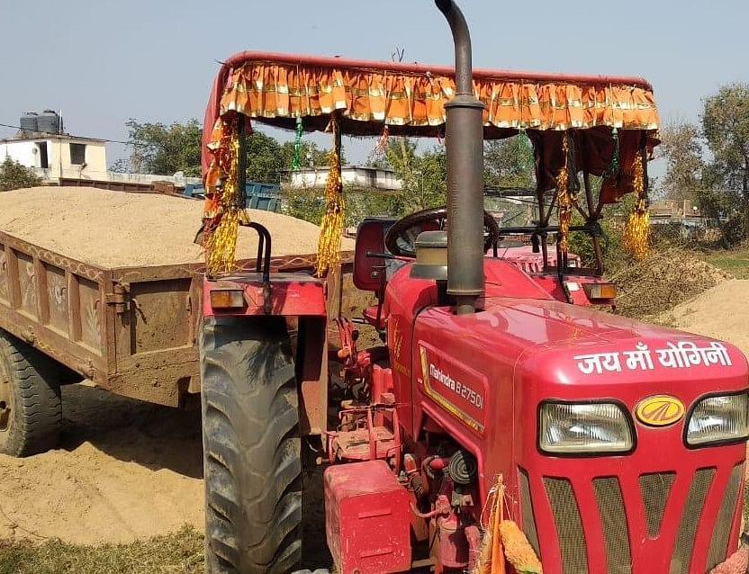 बालू लदे ट्रैक्टर को ग्रामीणों ने वन अधिकारियों से छुड़ाया