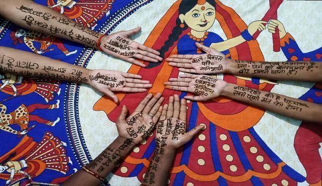 दरभंगा के मनीगाछी में मेहंदी प्रतियोगिता आयोजित कर महिलाओं को किया गया जागरूक