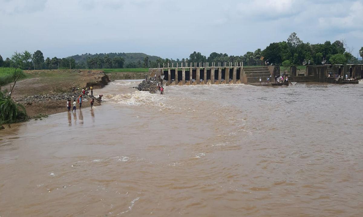 भारी बारिश से ढह गयी झमारिया चेकडैम का तटबंध, खेतों में पहुंचा पानी
