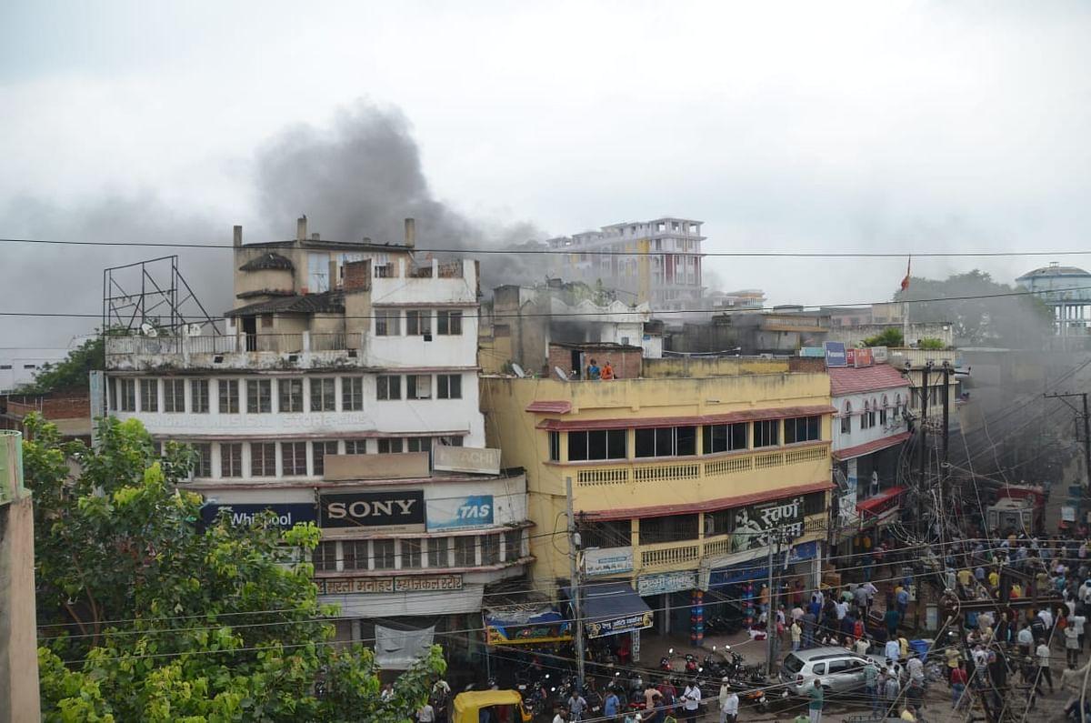 इलेक्ट्रॉनिक दुकान में लगी आग, लाखों के नुकसान की आशंका, आग पर काबू पाने में जुटीं फायर ब्रिगेड की गाड़ियां