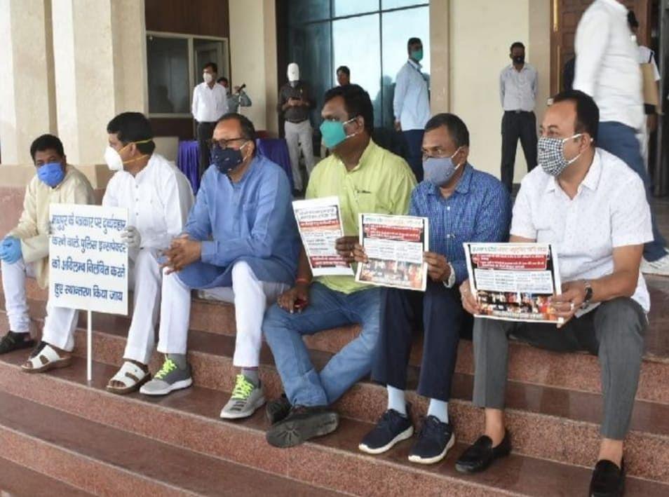 Jharkhand News : विधानसभा के मानसून सत्र में सदन के बाहर भाजपा विधायकों ने की झारखंड लैंड म्यूटेशन बिल रद्द करने की मांग