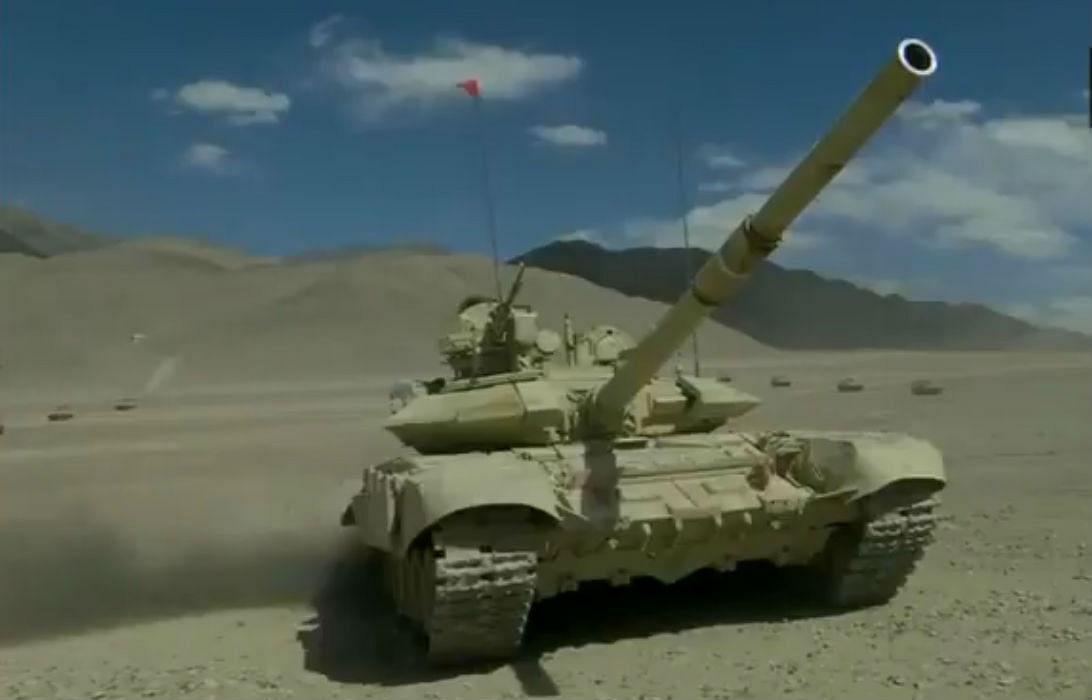 India China Standoff : लद्दाख में चीन के साथ तनाव के बीच LAC पर तैनात दिखे भारतीय सेना के T-90 टैंक, आप भी देखें VIDEO