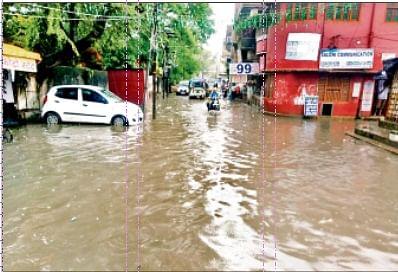 झमाझम बारिश से बेतिया जलमग्न सड़कों पर भी लगा घुटने तक पानी