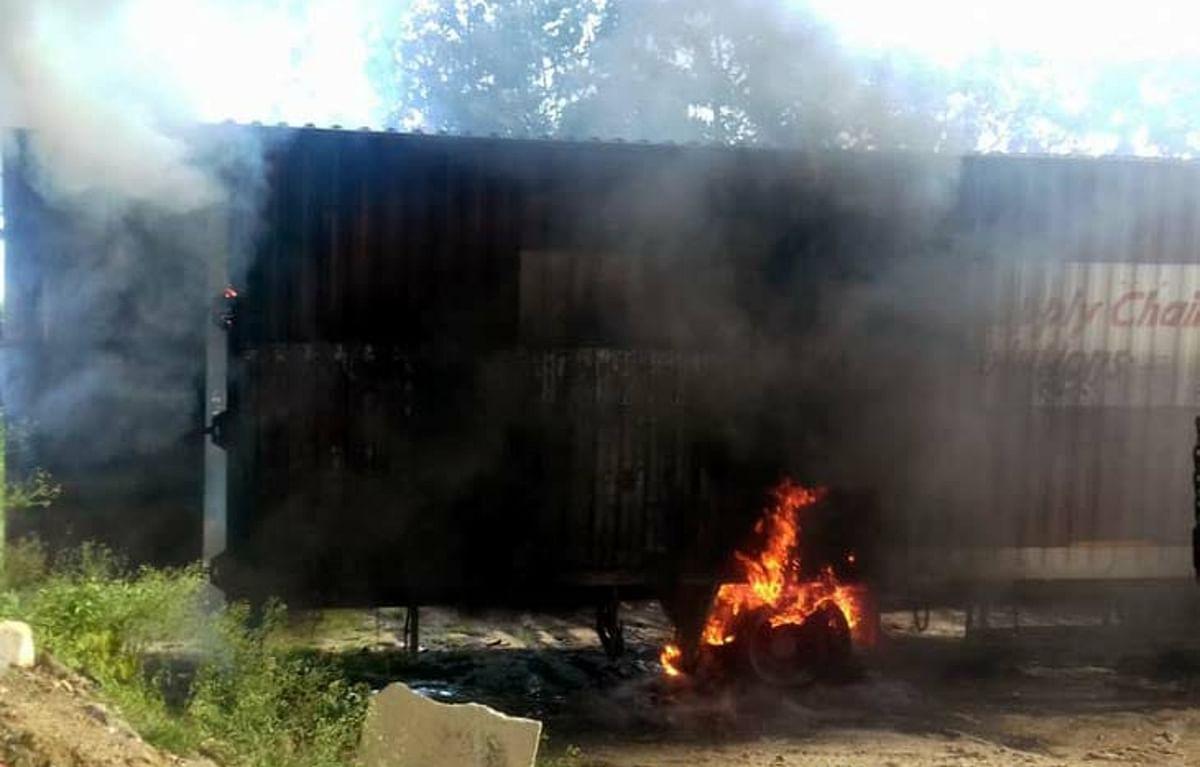 Jharkhand News: ड्राइवर के गेट खोलते ही बाइक लदे कंटेनर में लगी आग, करंट लगने से चालक की मौत