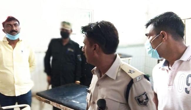राइफल साफ करने के दौरान भाजपा नेता के बेटे को लगी गोली, युवक की मौत के बाद परिजनों ने किया अस्पताल में हंगामा