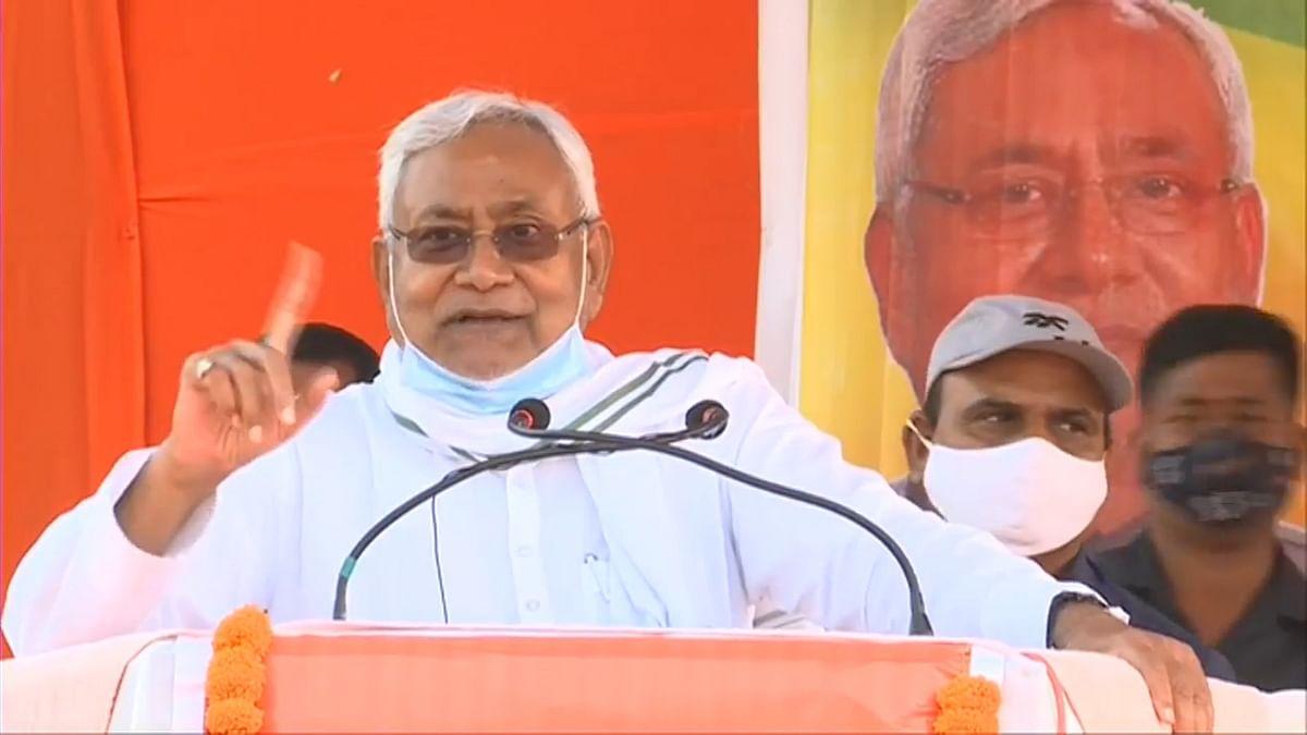 Lalu Prasad Yadav के घर गोपालगंज में रैली करने पहुंचे नीतीश कुमार, भरी भीड़ में पति-पत्नी के जंगलराज को ललकारा