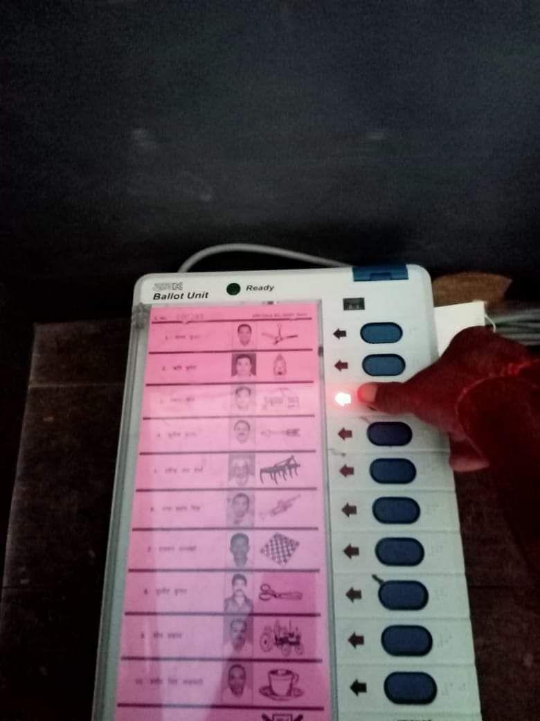 Bihar Election 1st Phase Voting : चुनाव आयोग ने लिया संज्ञान, मोबाइल लेकर EVM तक गये वोटरों पर होगी कार्रवाई